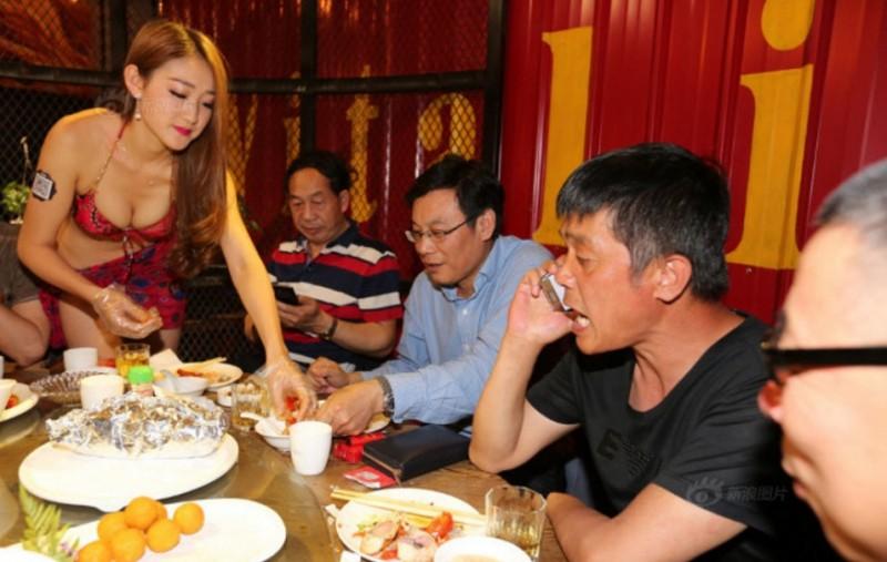 這間在瀋陽的人氣海鮮餐廳,會讓比基尼火辣美女在你面前做這項「特別服務」喔!