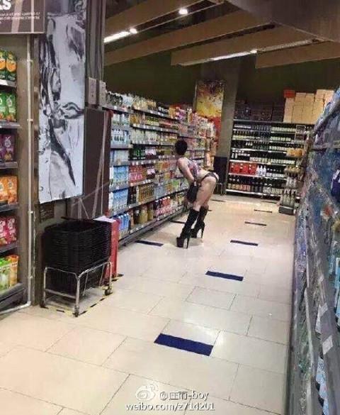 中國網友拍下在超市買東西時驚見這超猛畫面,網友心情都很複雜...