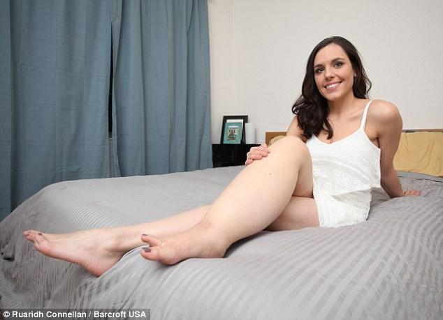 這名比基尼美女在鏡頭前擺出自信姿勢,但看到她的大腿後你就會起立為她鼓掌!