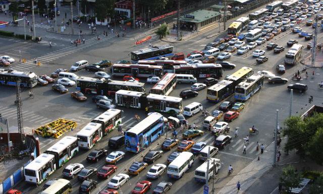 中國交通快亂到沒救了,但這輛「把小客車吃進去」的新型電車可能就是最棒的解藥!