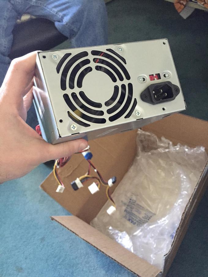 一名維修中心的人員收到了這個盒子,信上說請他們修硬碟,但一拿出盒子裡的硬碟就全快笑到往生了!