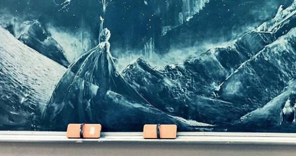 這名憑著「冰雪奇緣黑板畫」爆紅的女高中生又有創作,她最新14公尺黑板畫會真實到把你嚇哭!