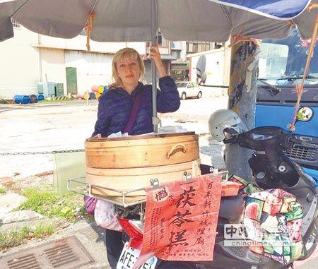 這位在菜市場賣台灣傳統點心的「俄羅斯正媽」再次證明了老外是最好的老婆!