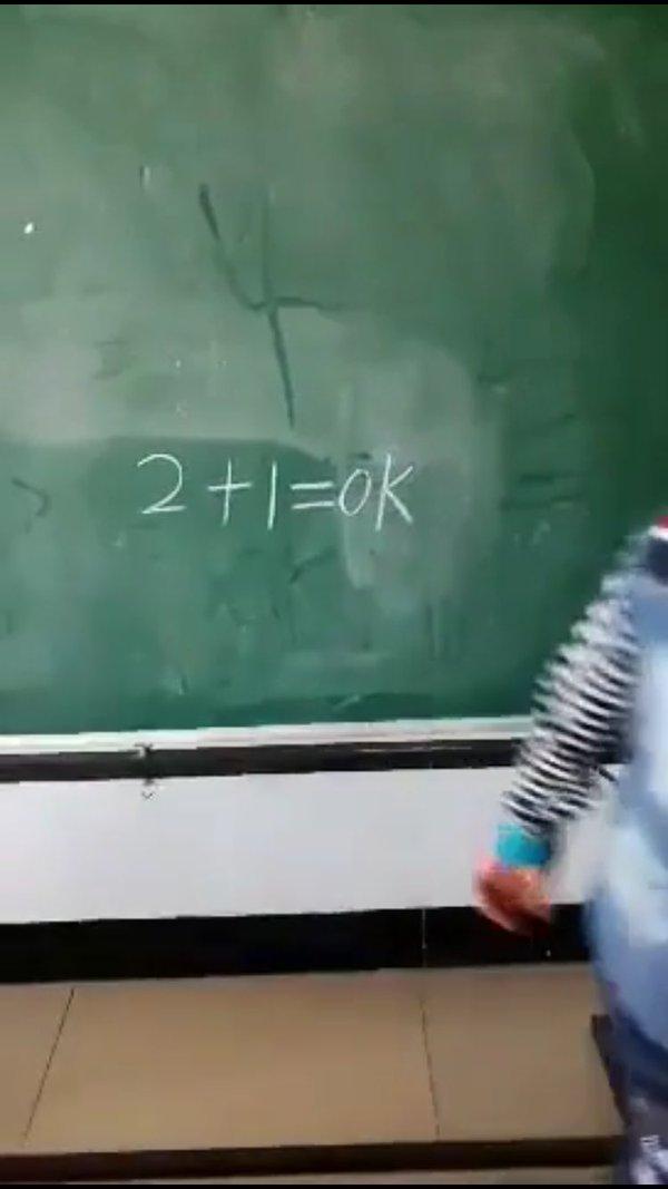 這名男孩對著黑板上的「2+1=?」非常苦惱,在同學的提示後,寫下了會讓人翻桌的爆笑答案!