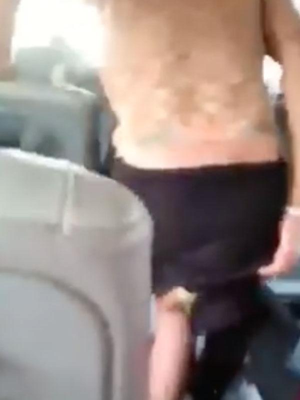 這位男子搭公車時突然拉下褲子,接著竟然「拿出茄子餵食下體」...常吃茄子的你最好別看。