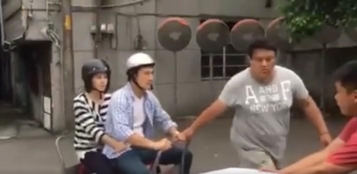 女演員蘇晏霈在臉書上說「台灣拍戲都是騙人的」,結果看到他們騎乘的機車後都笑到讚爆!
