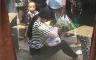 路人看到她掀起衣服坐在地上,一走到前面看到那景象就為她用力鼓掌了!