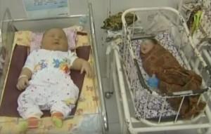 這名看起來很「健康」的寶寶,當放在其他嬰兒旁邊時,我嘴巴已經張到嘴角流血了!