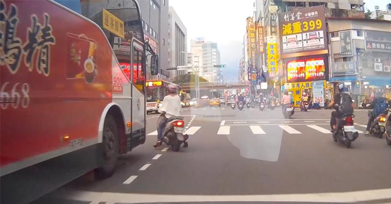 這名女騎士才剛剛差點被公車輾斃,沒想到下一秒又做了更瞎的事!