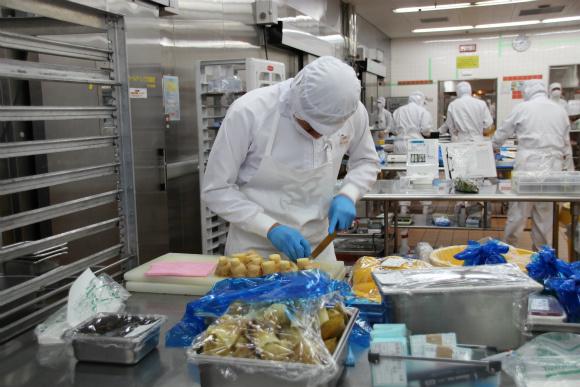 這就是日本航空的「99%人工飛機餐製造全過程」,看完後我再也不想搭其他家飛機了!