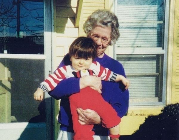 這名老保母到了104歲不只受重傷而且還破產,這時候她從小照顧到大的21歲男生就出現了...