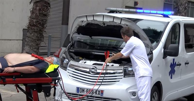 病人快死了因此醫生趕緊把車子電瓶接到病人身上,這絕對是我看過最棒的!