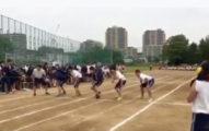 這群學生在起跑線上準備開跑,當槍聲一響起時,開槍的女學生就成為了殺人兇手!
