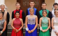 這群高中生去學校舞會穿得五顏六色,當攝影師說:「要拍囉」他們露出衣服下隱藏的完美機密讓30萬人讚爆!