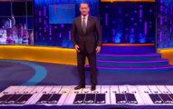 湯姆漢克斯站在大鋼琴前面準備要表演,從他背後出現的人讓觀眾都瘋狂了!