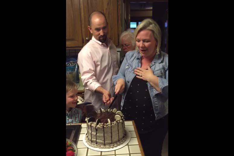 6個哥哥之後終於生出妹妹 2歲小哥哥「愛妹宣言」萌到家人都捧著心臟:OMG♡