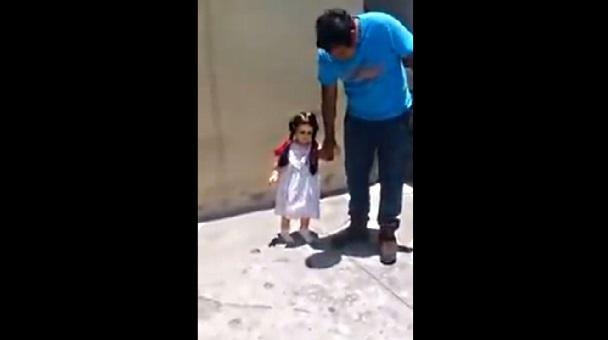 這具惡魔附身娃娃給其他人碰完全沒動靜,但給這位「42年的主人」牽手時卻出現這個動作讓在場所有人嚇到漏尿了...