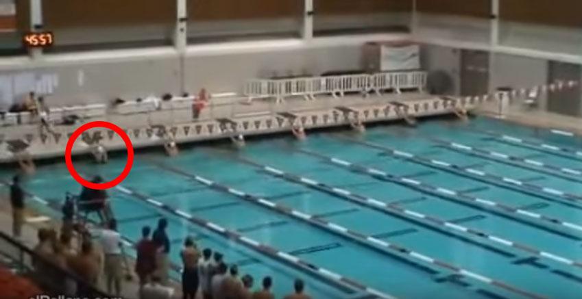 8名游泳戰將開始游時第7個就完全消失了,等觀眾終於看到他時才發現他已經「瞬間移動」到終點了!