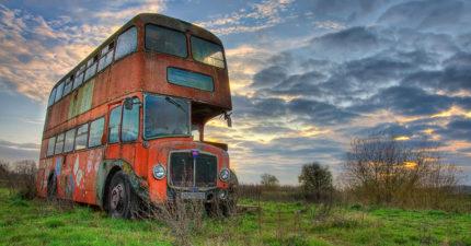 她把這台報廢的破爛雙層巴士改裝成精美小旅館,一走進去看到精美內部就知道為什麼現在想訂都訂不到了!