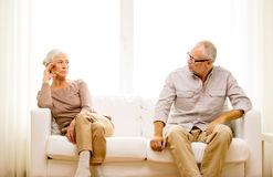 资深夫妇在家坐沙发-48953060