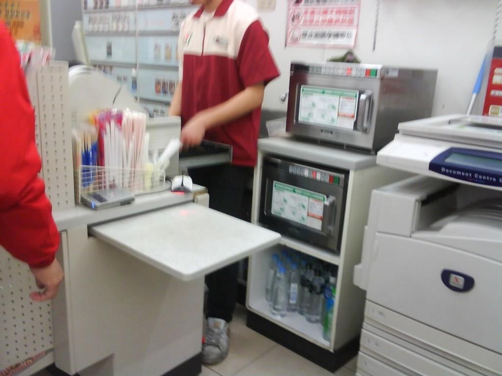 超商店員問「需要微波嗎」被客人罵白痴 法律系店員一開口「奧客馬上閉嘴」!