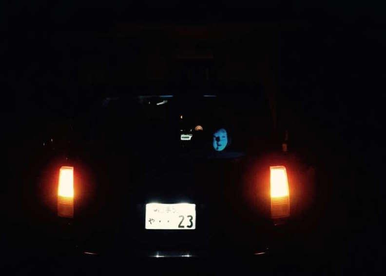 路人跟在這輛車後面,一靠近仔細看車窗裡面就被嚇到沒撞車都快往生了!