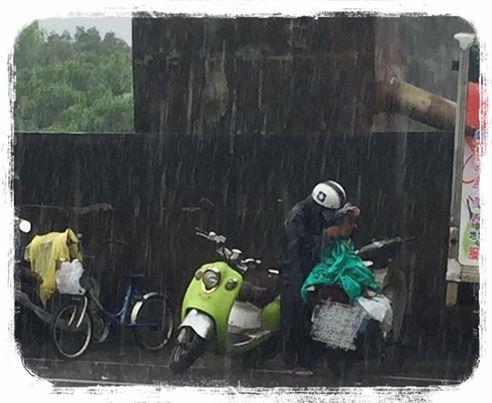 「雨中領食餘爺孫」住處和內部曝光,一看到存摺裡的存款時網友都生氣「為何社會局不能補助」了...