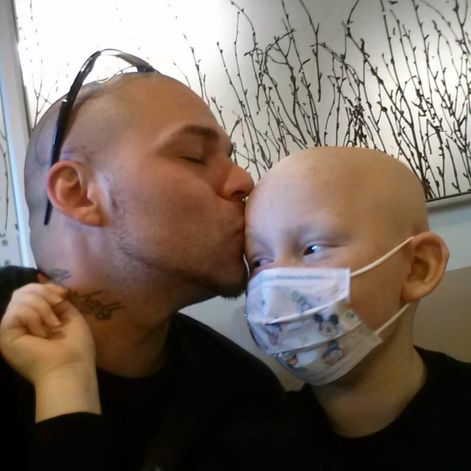 這個小男生因腦癌頭上有像龍一樣的大疤,但爸爸上傳了這張照片不只得到「最佳老爸攝影獎」還讓兒子重新找回自信!