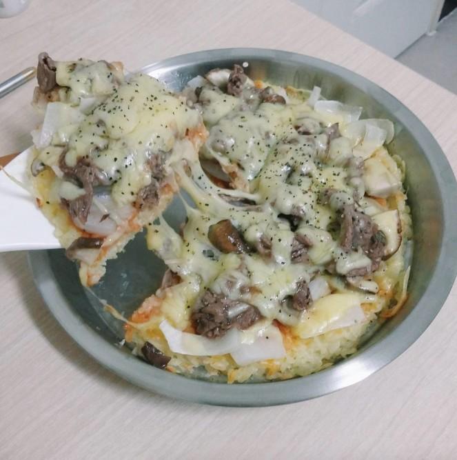 他先是把一大堆飯倒到電鍋裡,最後拿出來的「最完美披薩」讓我發現飯才是披薩最好的材料!