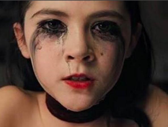 還記得把你嚇到叫媽媽的《孤兒院》小女孩艾絲特嗎?她現在已經「正到讓人甘願被嚇死」了!