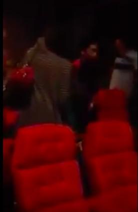 這個女生開心跟朋友去看《厲嬰宅2》,結果看完電影時「轉頭一看旁邊女生模樣」就徹底被嚇哭了...