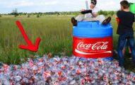 他們挑戰把「超多顆曼陀珠倒進1000瓶的可樂裡」,沒想到下一秒可樂壓力太大就...