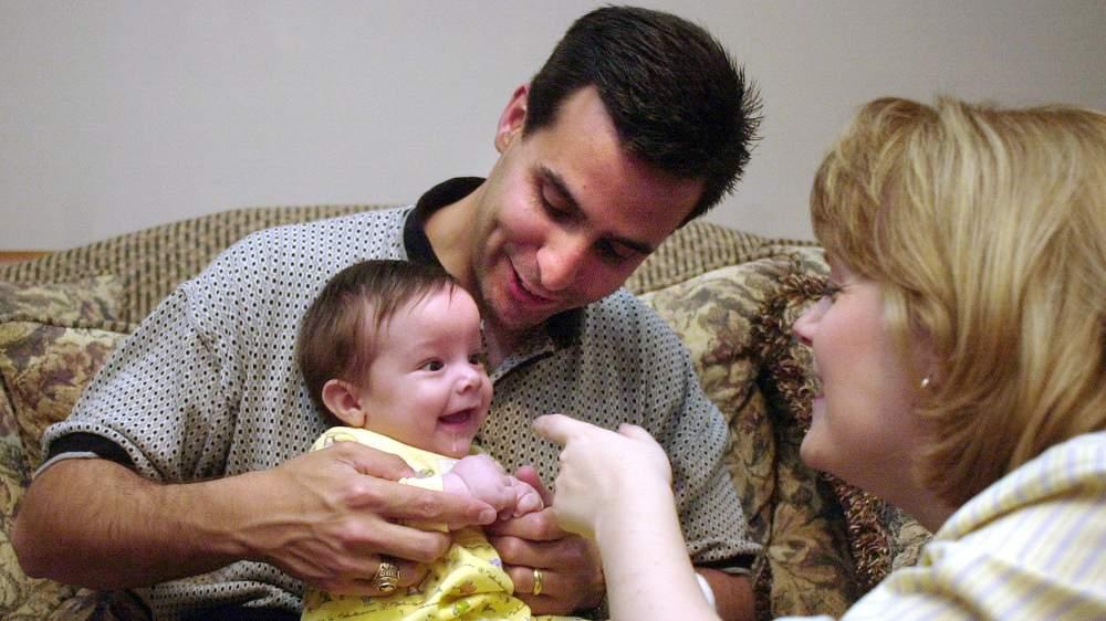 當年這位「從媽媽子宮伸出手握住醫生」的21周胎兒已經長大了,16年後他現在的模樣證明了生命有多麼奧妙!