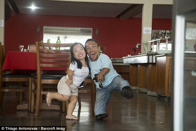 這對「世界上最矮才90cm的情侶」每天都會遭受異樣眼光和不便,但他們兩面對的方式會讓你開始嫉妒他們!