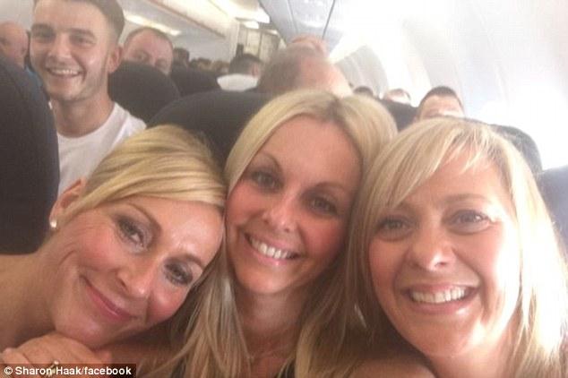 這個女生在飛機上自拍回家才發現有人亂入,但仔細一看到後面的男生就整個驚到說不出話來了...