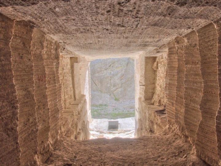 原來美國知名景點總統山的背後其實有個洞窟,被「540公斤石板封住」的寶庫石壁上的就是真正的國家寶藏!