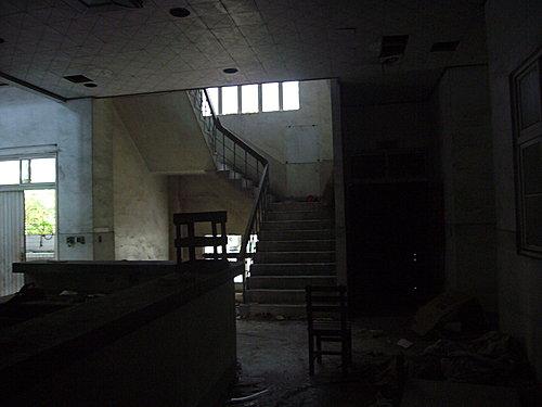他們深夜闖入「連當地人都不敢靠近的鬼醫院」還開心PO照打卡,這時電話響了...