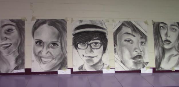 這個男生偷偷花了幾個月幫全班所有411名同學畫他們的肖像。當所有人走進學校看到他們自己的畫像時...!