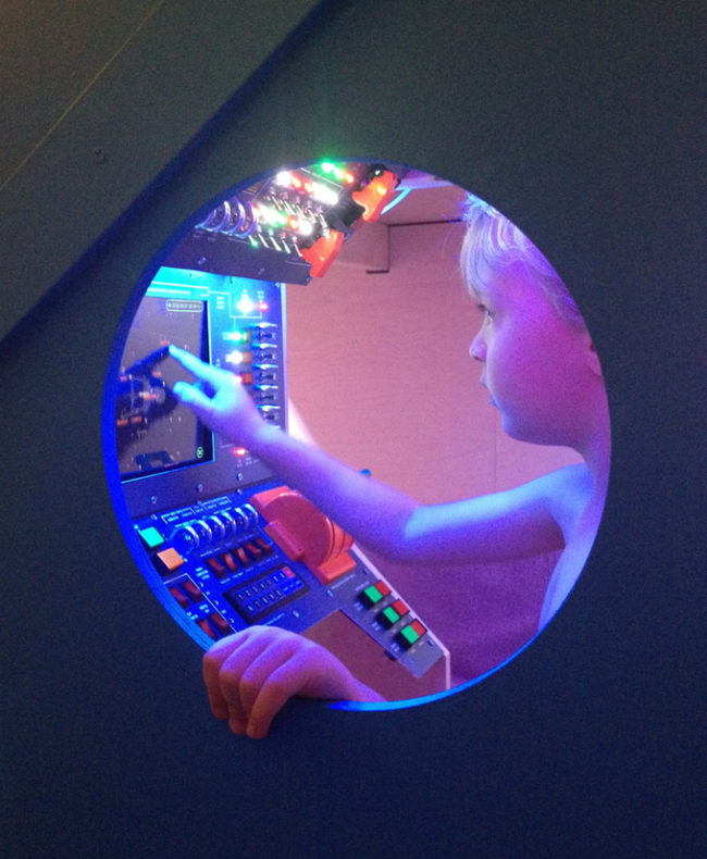 超強爸爸為兒子DIY改造「兒童房→太空艦」 神還原操控面板彷彿置身星際大戰!