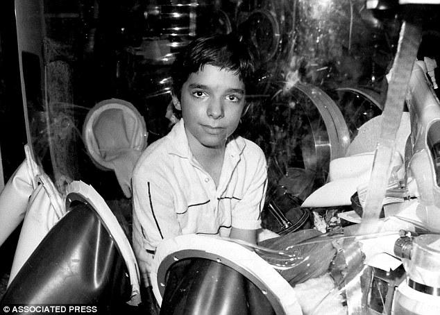 男孩因罕病「一生都生活在泡泡中」,爸媽第一次親手碰到他之後他就死了。