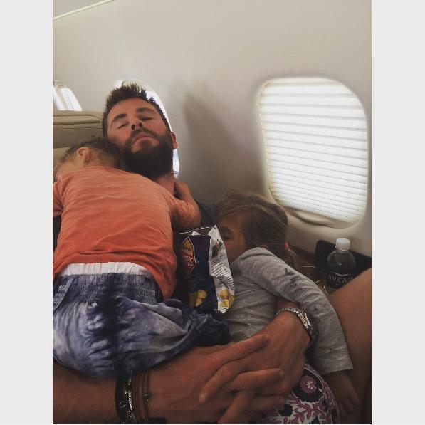 這張「雷神索爾」克里斯漢斯沃抱著家裡小朋友睡覺的照片會徹底摧毀你的心!