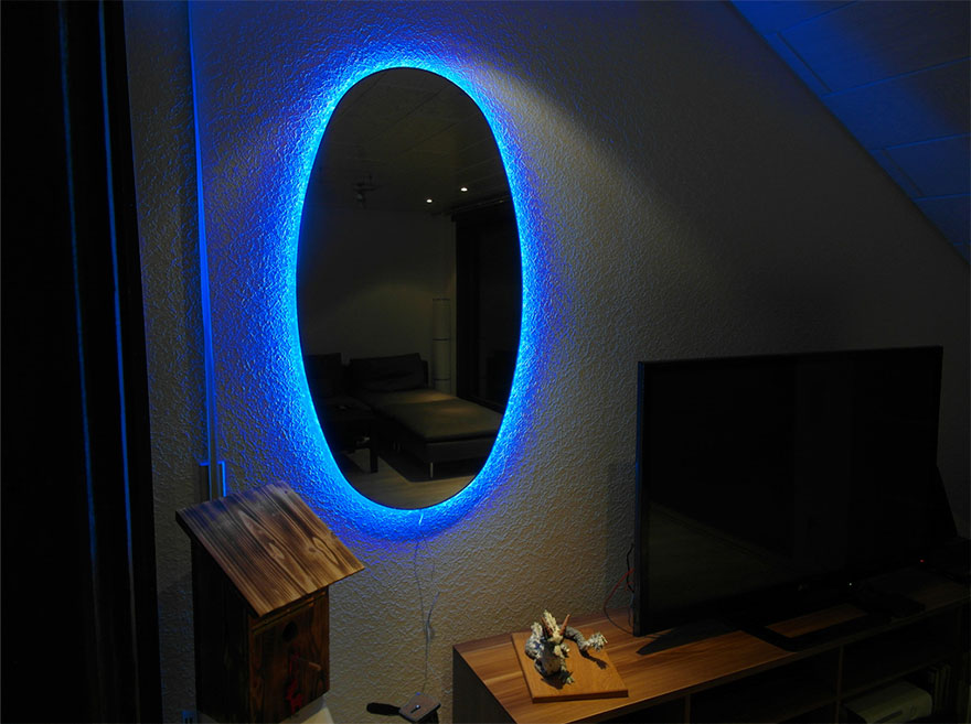 他把兩面LED背光鏡子面對面掛,擺好燈關掉走到鏡子正前面,你看到的畫面就會直接把你吸進「時空洞」!