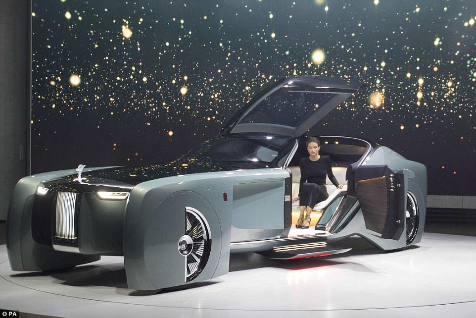 勞斯萊斯公布最新的未來自動駕駛車,一打開車門「超越未來的內裝設備」根本扯到可以直接住人了!
