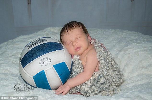 攝影師拍下這張「爸爸抱著新生女兒」的照片,死因讓700萬人忍不住爆哭分享了...