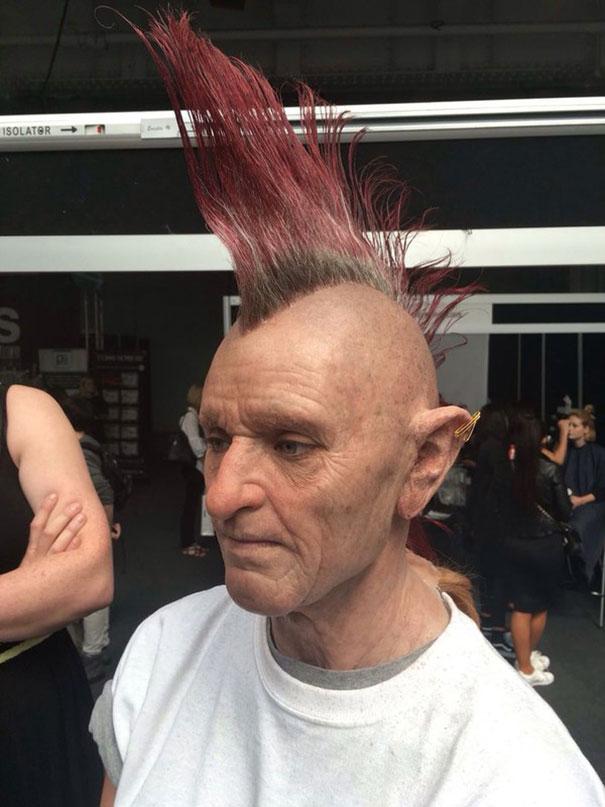 看到這名「龐克老頭妝」底下的樣子後,我再也不敢相信路人了...