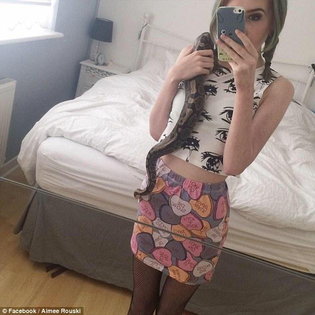 這名19歲少女上傳「掀裙下半身自拍照」,但她揭露「不是想紅」原因後網友都爆哭了!