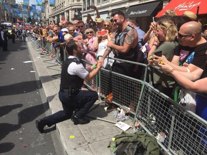 星期六的倫敦同性文化遊行在半途被一名警察阻止了,但觀眾看到警察親完後的動作就都沸騰了!