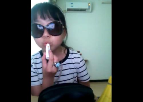 這名「中國超跩小富婆」狂炫耀身上的凱蒂貓名錶和香奈兒唇膏,超嗆態度讓全網路爆氣罵「我是妳爸直接一巴掌打下去!」