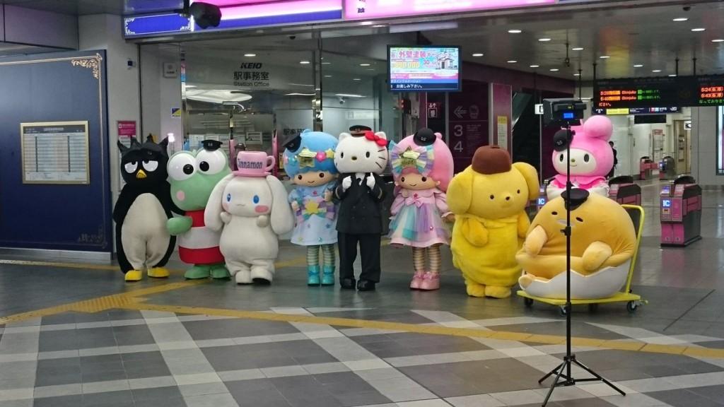 他在日本車站目睹三麗鷗人物排隊進站,沒想到「蛋黃哥姍姍來遲的理由」讓破萬網友笑噴了!