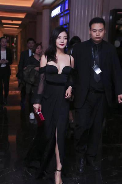 趙薇在上海出席晚宴時穿的深V晚禮服,最完美「西半球」讓網友終於發現她多麼有料!